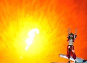 Un bailrín actúa frente a un espectáculo de fuego y agua representado con motivo de la iniciativa