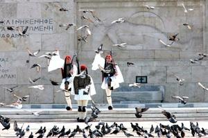 Miembros de la Guardia Presidencial rinden homenaje ante el monumento al Soldado Desconocido, durante las celebraciones del 25º aniversario del comienzo de la Revolución contra el Imperio Otomano, en 1821 en Atenas, Grecia.
