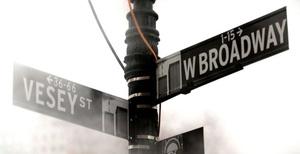 Señal informativa en la que aún se puede ver el dibujo de las torres gemelas del World Trade Center en Nueva York, Estados Unidos.