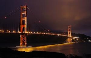 Puente Golden Gate de San Francisco, California (EU), poco antes de que se apagaran las luces en solidaridad con la Hora del Planeta. Más de 45 monumentos nacionales y sitios emblemáticos en todo Estados Unidos se quedarán a oscuras este sábado 27 de marzo de 2010, durante una hora, como parte de un movimiento internacional para despertar conciencia sobre el cambio climático. La Hora del Planeta es patrocinada por el Foro Mundial para la Naturaleza.