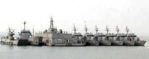 Patrullas militares de la Marina surcoreana frente a la línea de costa de la isla surcoreana de Yeonpyeong. Un buque de la Marina de guerra de Corea del Sur, con 104 tripulantes a bordo, fue hundido en aguas del mar Amarillo, en las proximidades de la frontera con Corea del Norte, informaron fuentes oficiales surcoreanas. Aunque las fuentes, citadas por la agencia surcoreana Yonhap, rehusaron facilitar detalles, un buque surcoreano abrió fuego contra otro que se dirigía rumbo a aguas territoriales norcoreanas, tras lo que pudo haberse producido un ataque con torpedos.