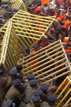 Monjes budistas se enfrentan a la policía durante una protesta contra la privatización de la Educación y el cierre de los colegios Bhikku en Colombo, (Sri Lanka).