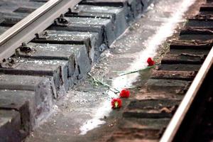 Han dejado flores entre raíles por desconocidos en memoria de las víctimas de los atentados terroristas.