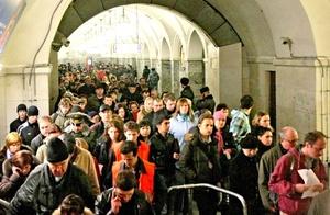 Las líneas del metropolitano donde se produjeron las explosiones fueron cerradas, lo que provocó el caos y el pánico entre los viajeros.