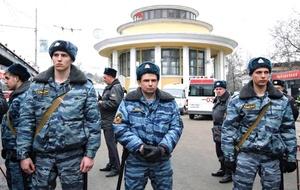 La policía moscovita ordenó la búsqueda y captura de dos mujeres y un hombre probablemente implicados en el doble atentado, tras difundir la descripción de las tres personas, según Novosti.