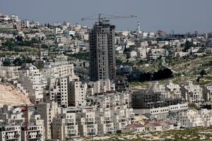 Nueva obra cerca del muro de separación en la localidad cisjordana de Belén hoy, martes 30 de marzo de 2010. Los palestinos tanto de Israel como de los territorios ocupados conmemoran hoy con marchas y huelgas generales el 'Día de la Tierra', en el que protestan la expropiación de sus propiedades por el Estado judío.