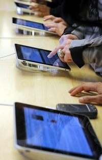Con un diseño muy parecido al del iPhone, el iPad tiene 1.25 centímetros (media pulgada) de grosor, pesa 680 gramos (1.5 libras) y tiene una pantalla que mide 24.6 centímetros (9.7 pulgadas) en la diagonal, casi tres veces más que el celular de Apple.