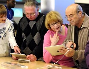 Los críticos sostienen que el teclado sensible al tacto es difícil de usar y que el iPad no tiene una cámara o puertos para conectar tarjetas de memoria o aparatos USB como impresoras.