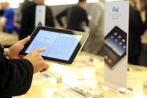 La gama alta del iPad, con 64GB de memoria y mayor rapidez de conexión a Internet, tendrá un precio de 829 dólares.