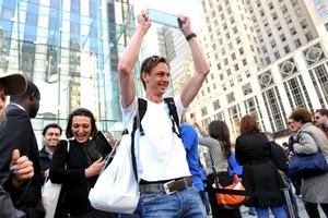 Uno de los primeros compradores muestra orgulloso su iPad en Nueva York.