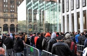 Cientos de personas abarrotaron las principales tiendas que la multinacional informática Apple tiene en la Quinta Avenida de Nueva York para tener su nuevo dispositivo electrónico, el tablet iPad.