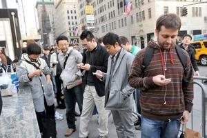 Antes de que se abrieran las puertas de Apple que tiene en la Fifth Avenue neoyorquina, cientos de personas guardaban cola para ser los primeros en hacerse con un iPad.