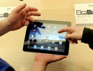 El nuevo iPad puede ser utilizado para navegar en internet, mandar correos electrónicos, compartir fotografías, ver videos, escuchar música, jugar juegos y leer libros electrónicos.