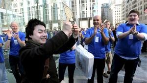 Un cliente sale feliz tras comprar su iPad en Nueva York.