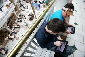 Algunos compradores acudieron a las tiendas cautivados por sus muchas aplicaciones y capacidad para mostrar libros electrónicos y videos.