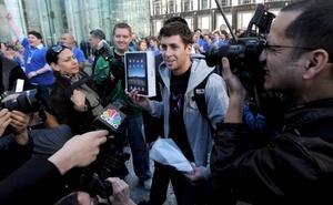 El tan anticipado iPad de Apple salió a la venta, atrayendo a consumidores ansiosos de ser los primeros en tener el panel multimedia.
