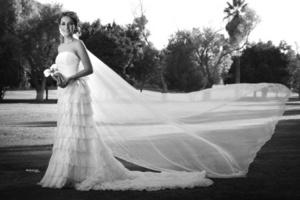 Srita. Perla Violeta Jáuregui Castillo el día de su boda con el Sr. Antonio Balbín Cabelaris. <p> <i> Estudio Photologgo</i>