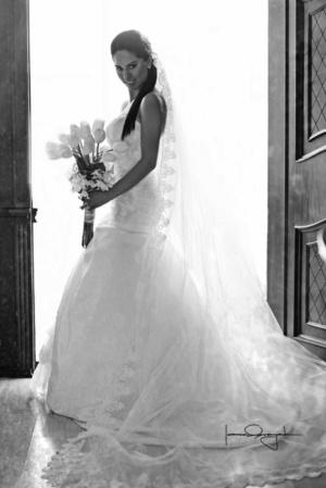 Lic. Edith González Reyes lució radiante el día de su boda con el Lic. Eduardo Asael Guerrero Guillén. <p> <i>Estudio Laura Grageda</i>