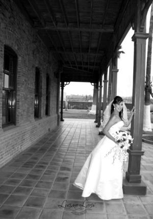 Srita. Claudia Iveth Delgado García captada el día de su boda con el Sr. David Vargas Hernández. <p> <i>Estudio Luciano Laris </i>