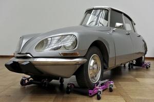 Vista de la obra 'La DS' (1993) del artista mexicano Gabriel Orozco que ha sido instalada en el museo 'Kunstmuseum' de Basilea, Suiza, para crear su trabajo, Orozco cortó un Citroen DS en tres pedazos y creó un vehículo parecido a una flecha. La exposición de Orozco.