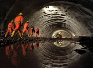 Un tramo de las obras del túnel Silberberg, en Moehrenbach (Alemania). La construcción del principal túnel de la línea de tren de alta velocidad ICE que conectará Berlín y Nuremberg ha comenzado oficialmente hoy y en ella se invertirán 200 millones de euros. Su trazado recorrerá casi 7,4 kilómetros bajo las montañas y cuando entre en servicio.