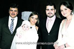 Isabella Abdo Cruz con sus papás Gerardo y Sara y sus padrinos Gerardo y Elizabeth.