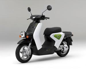 El grupo japonés Honda planea sacar al mercado nipón una nueva motocicleta eléctrica con una batería desarrollada por Toshiba con capacidad para recorrer hasta 30 kilómetros por cada carga. Está previsto que esta motocicleta verde, que tendrá el mismo tamaño y potencia que una scooter de 50 centímetros cúbicos, se comercialice a partir del próximo diciembre con un precio de unos 500.000 yenes (unos 3.900 euros). La batería creada para la nueva motocicleta de Honda podrá conectarse a una toma de corriente doméstica o con un dispositivo portátil que permitirá recargarla en solo 10 minutos.