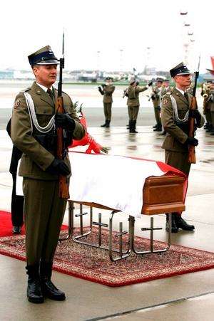 Los restos mortales de la esposa del presidente polaco, Maria Kaczynska, llegaron hoy a bordo de un avión militar al aeropuerto de Varsovia, donde tras una breve ceremonia fueron trasladados al palacio presidencial de Varsovia