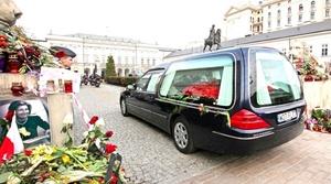 Tras la recepción y los honores militares, el cortejo fúnebre partirá al palacio presidencial en un recorrido en el que se han apostado horas antes miles de polacos, muchos de ellos portando banderas nacionales y fotos de la pareja presidencial.