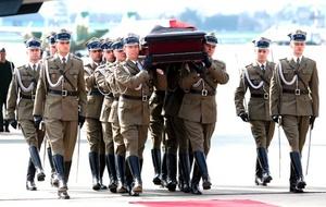 El cadáver del jefe del Estado polaco fue reconocido el sábado en el lugar de la tragedia por su hermano gemelo y líder de la oposición conservadora, Jaroslaw Kaczynski, quien también recibió el féretro en Varsovia.