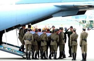 Los restos del mandatario, identificados por su hermano gemelo, Jaroslaw Kaczynski, fueron transportados a Varsovia por un avión militar fletado por el Gobierno polaco, mientras que los de la esposa del presidente, María, serán enviados luego a su país.