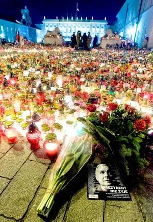 El exterior del palacio quedó iluminado por la luz de miles de velas, y frente a él se ha extendido un tapiz de flores donde se depositaron mensajes de condolencia y banderas nacionales.