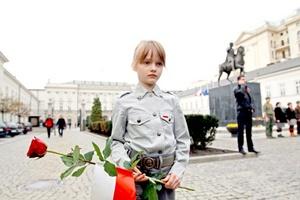 Los varsovianos acudieron en masa hasta las puertas del palacio presidencial para depositar flores y velas, en una expresión del dolor colectivo que recordaba a los momentos que siguieron a la muerte del Papa Juan Pablo II en 2005.