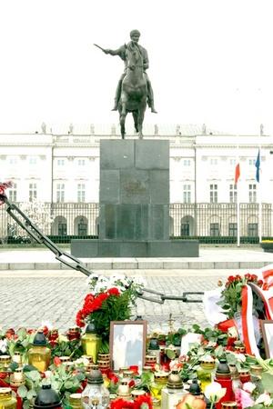 Polacos pusieron ofrendas florales y velas para rezar frente al Palacio Presidencial de Varsovia.