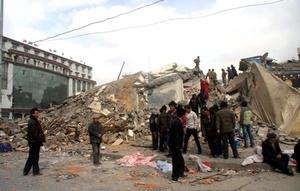 El temblor provocó el derrumbe de casas, templos y gasolineras, además de daños significativos al aeropuerto de Yushu y en las carreteras.