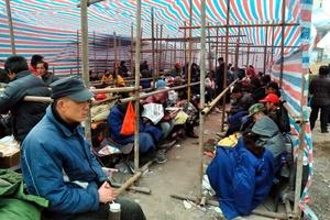 Soldados y civiles escarbaban con palas e incluso con las manos, en busca de sobrevivientes entre los restos de los inmuebles derruidos por una serie de terremotos que estremeció una región tibetana de China.