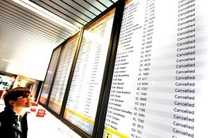 Pasajeros miraban desesperanzados las pantallas que mostraban los itinerarios, donde todos los vuelos estaban cancelados.