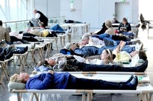 Viajeros durmieron en camillas temporales en un vestíbulo del aeropuerto internacional de Fráncfort, Alemania.