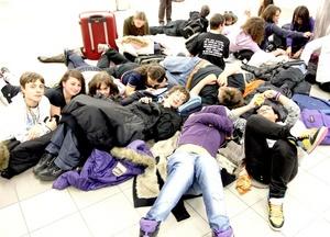 Francia cerró 24 aeropuertos, incluido el principal, el Charles de Gaulle en París. Alemania suspendió operaciones en los aeropuertos de Berlín y Hamburgo.
