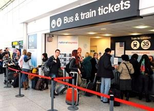 Los pasajeros que se han quedado en tierra tratan de salir de la capital británica como pueden utilizando otros medios de transporte, como el tren.