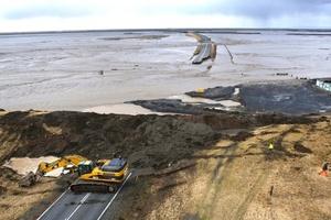 La corriente de lava, mezclada con hielo derretido del glaciar, ha provocado un aumento del nivel de agua de uno a dos metros en un río cercano a Eyjafjälla, lo que obligó a los equipos de rescate a abrir zanjas en los caminos para evitar daños a varios puentes.