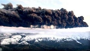 Keflavik se encuentra al oeste del glaciar Eyjafjälla, y en uno de sus cráteres estalló la erupción, mientras que las cenizas se esparcen en dirección este y sureste.
