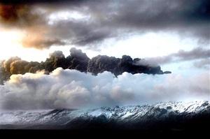 La nube de ceniza originada por la erupción de un volcán en Islandia ha obligado a varios países europeos a cerrar su espacio aéreo y a cancelar numerosos vuelos en todo el continente, dejando a miles de pasajeros en tierra.