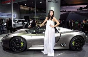 El Porsche 918 spyder, el nuevo deportivo descapotable del futuro hace 100 km con tres litros . Y con sus 500 caballos de fuerza puede alcanzar hasta 320 km por hora. Además, contamina muy poco.