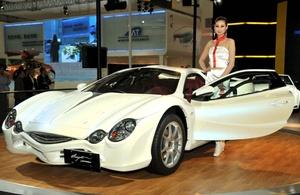Una modelo posa con el prototipo del Mitsuoka Orochi, diseñado por Mitsuoka Motors, en el Salón del Automóvil de Pekín, China 2010.