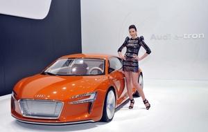 El Audi e-tron equipa dos motores eléctricos, con una potencia conjunta de 204 CV y 2.650 Nm de par motor que le permiten acelerar de 0 a 100 km/h en tan sólo 5.9 segundos. Su velocidad máxima está limitada a 200 kilómetros por hora.