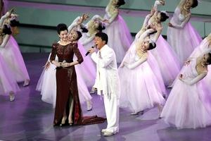 Jackie Chan y Song Zhuying cantaron durante la ceremonia inaugural.