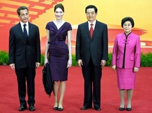 El presidente de China, Hu Jintao, y su esposa Liu Yongging dieron la bienvenida al presidente de Francia, Nicolas Sarkozy y su esposa Carla Bruni.