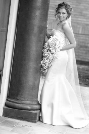Srita. María Enriqueta Reyes Franco, el día de su boda con el Sr. Heriberto Gómez Parrao. <p> <i> Estudio Sotomayor</i>