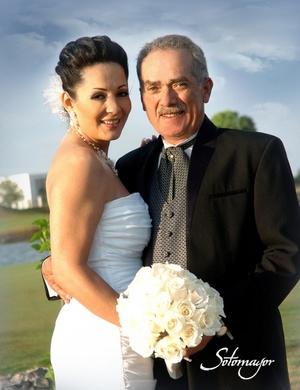 Alma Leticia Jaramillo Navarrete y Lic. Ernesto Eduardo Sánchez Viesca López, contrajeron matrimonio por lo civil, el sábado diez de abril de 2010. <p> <i>Sotomayor Fotografía</i>